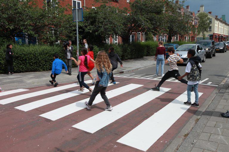 Kinderen openen zebrapad Floresstraat